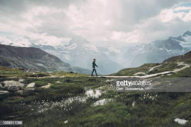 mann auf dem hintergrund der malerischen blick auf matterhorn berg - nationalpark stock-fotos und bilder