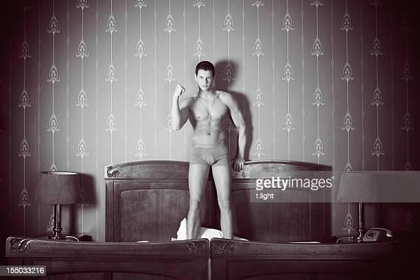 homme sur le lit - homme en slip photos et images de collection