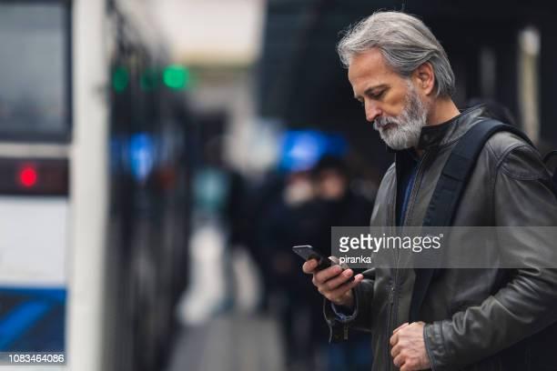 homem na estação de ônibus - estação - fotografias e filmes do acervo