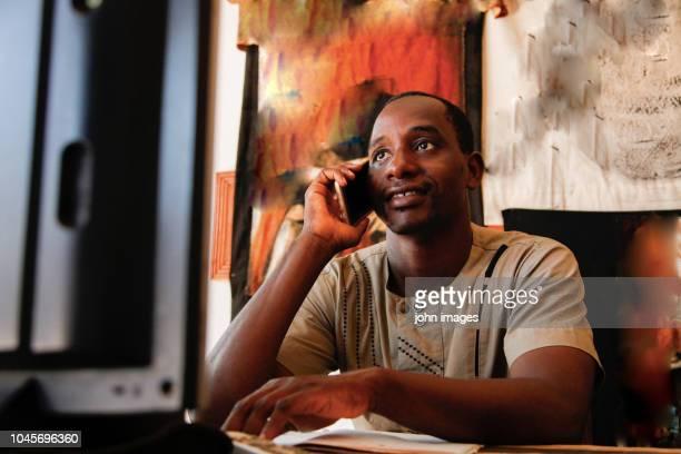 a man on the phone - mali photos et images de collection