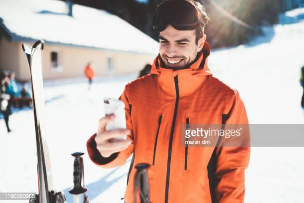 man op de skipiste met selfie - wintersport stockfoto's en -beelden