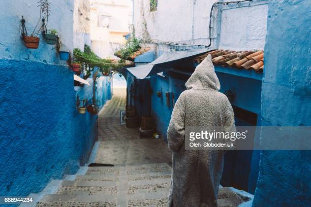 hombre de la calle de chefchaouen - chefchaouen fotografías e imágenes de stock