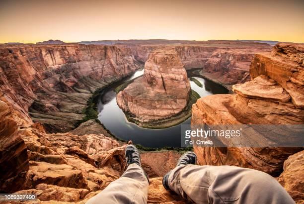 hombre en la parte superior curva de herradura - gran cañon fotografías e imágenes de stock