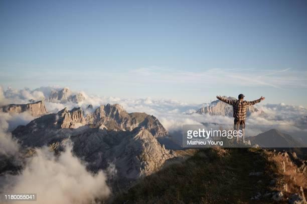 man on top of mountain - spitze stock-fotos und bilder