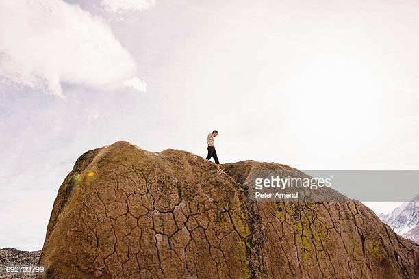 man on top of rock, buttermilk boulders, bishop, california, usa - 岩壁 ストックフォトと画像