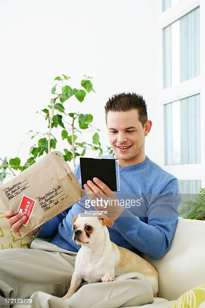Mann Öffnen einer-package