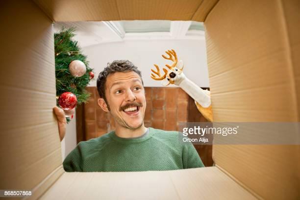 Mann öffnen Weihnachtsgeschenk