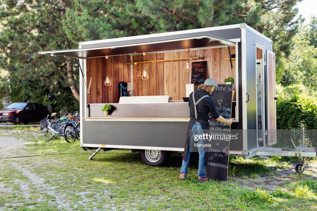 Man opening food truck for business, Innsbruck Tirol, Austria : Foto de stock