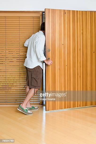 Homem abertura da porta da frente