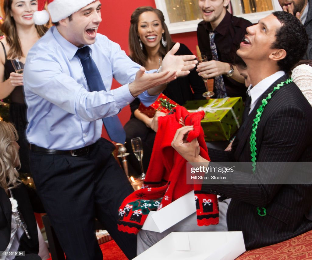 Man opening gift at Christmas party : ストックフォト