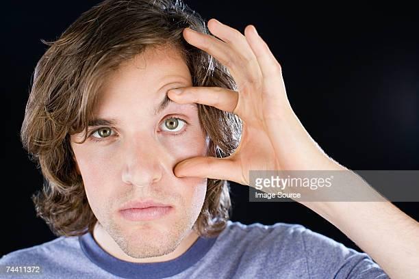 男性彼の目をオープン予定