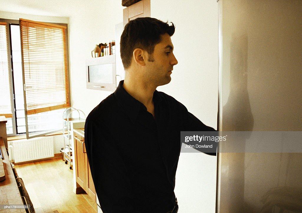 Man opening refrigerator : Stockfoto