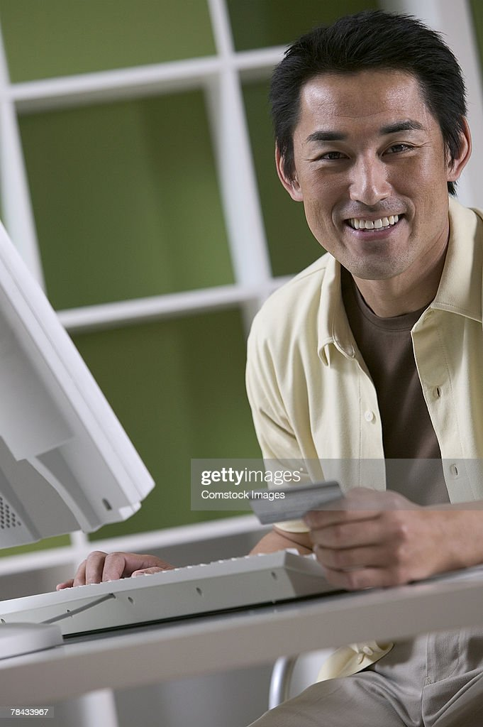 Man ordering online with credit card : Stockfoto