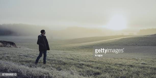 Man ut med sin bil i vinter natur landskap
