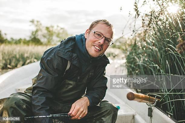Homme en plein air à la pêche à la langouste avec Piège à animaux