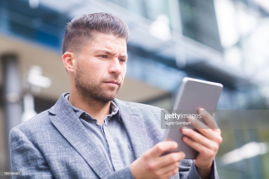 Man outdoors using digital tablet : Stock-Foto