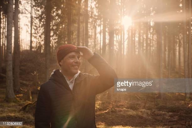 der mensch im freien spaziert im frühling in der naturlandschaft - augen zuhalten stock-fotos und bilder