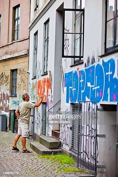 man outside a house on dyrkob. - merten snijders stockfoto's en -beelden