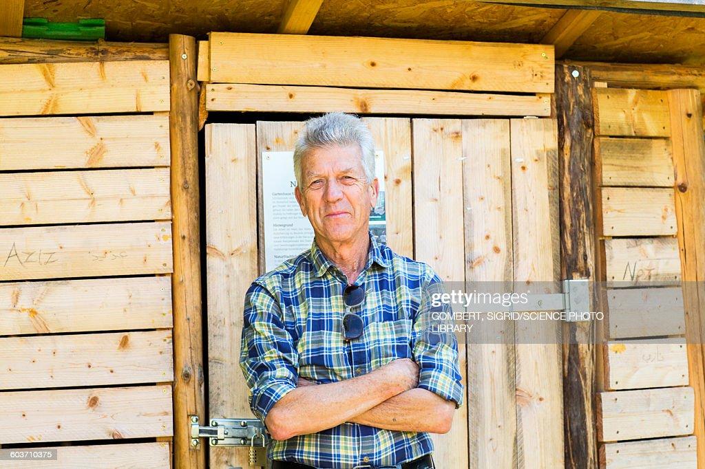 Man outside garden shed : Stock-Foto