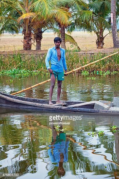 Homme pagayer Kettuvallam sur les Backwaters de Kerala, Inde