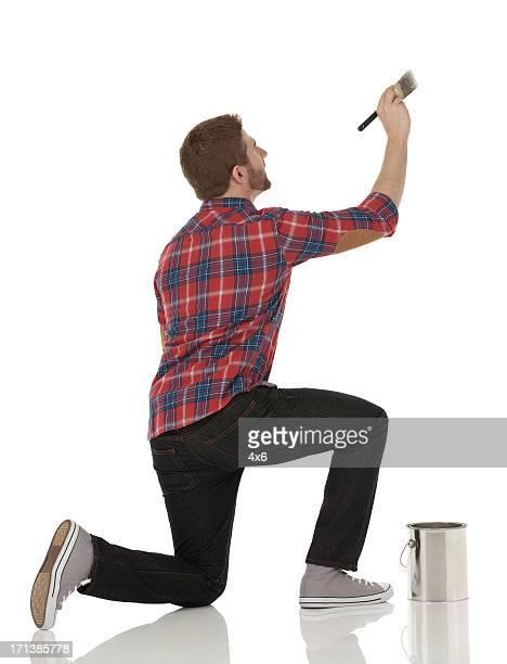 Homme peinture d'un mur