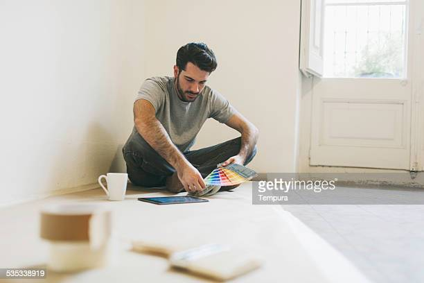 Mann Malerei seine während einer Pause während Malerei Wohnung.