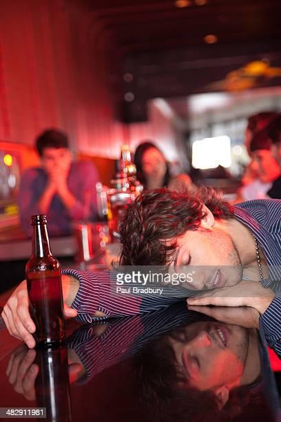Mann übergeben Sie es sich an der bar in den Nachtclub
