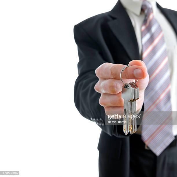 Mann übergeben die Schlüssel zum neuen Haus