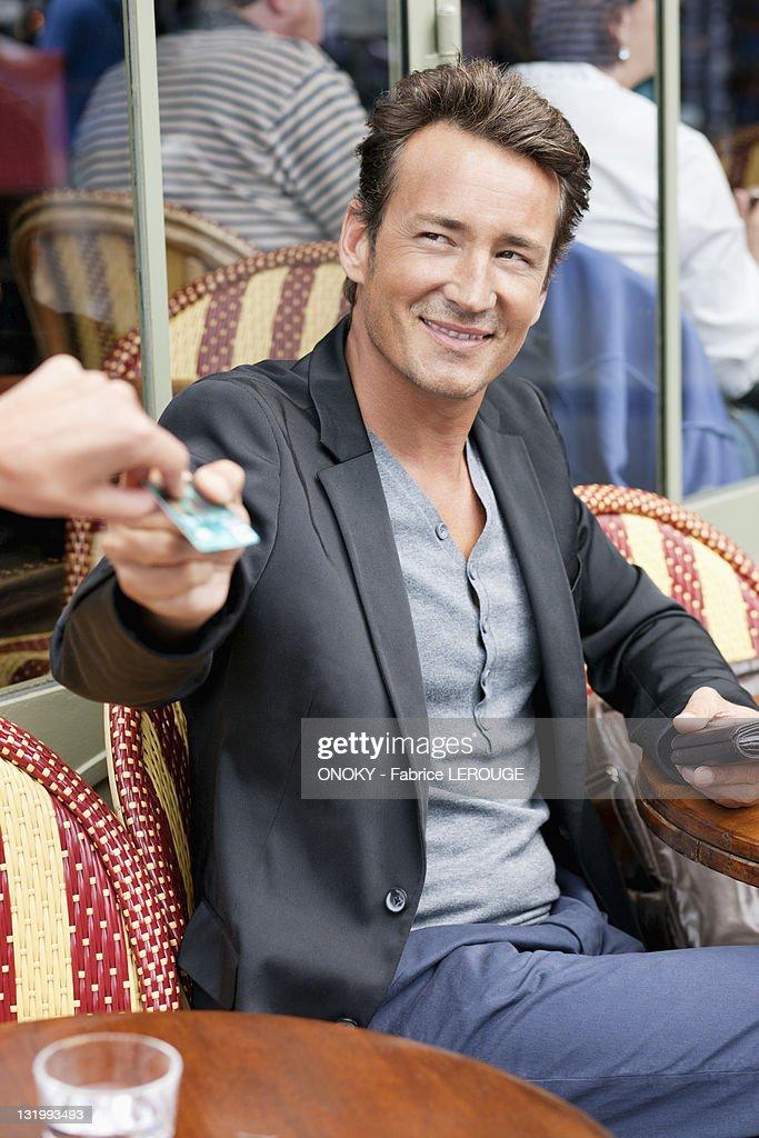 Man paying bill through credit card in a restaurant, Paris, Ile-de-France, France : Foto de stock