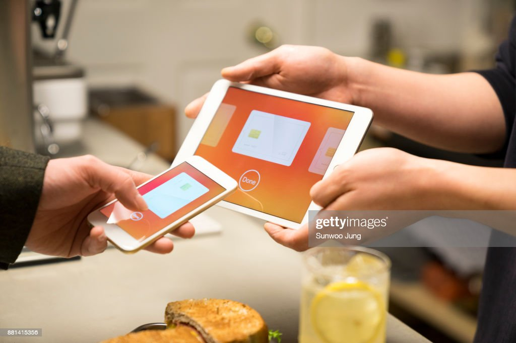 Man paying using smartphone payment : ストックフォト
