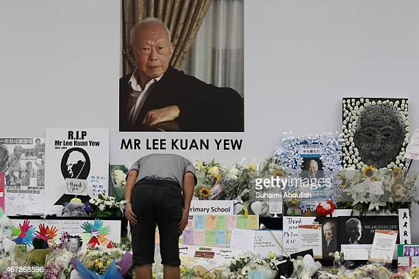 Man pays tribute to the late Mr Lee Kuan Yew at Hong Lim Park on March 28, 2015 in Singapore. Former Prime Minister, Lee Kuan Yew died on March 22 at...
