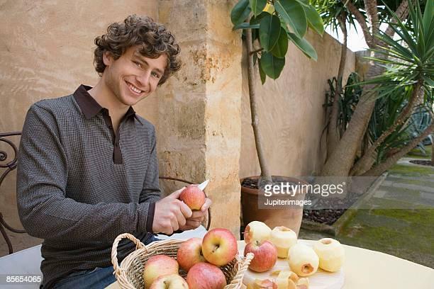 man peeling apples - 皮をむく ストックフォトと画像