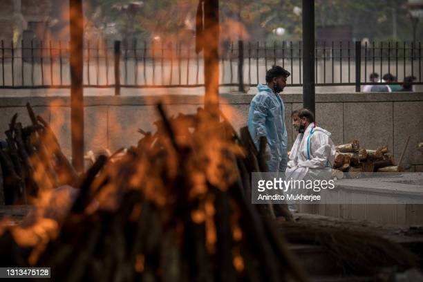 Man performs the last rites for his wife who died of the Covid-19 coronavirus disease during a mass cremation at a crematorium on April 20, 2021 in...