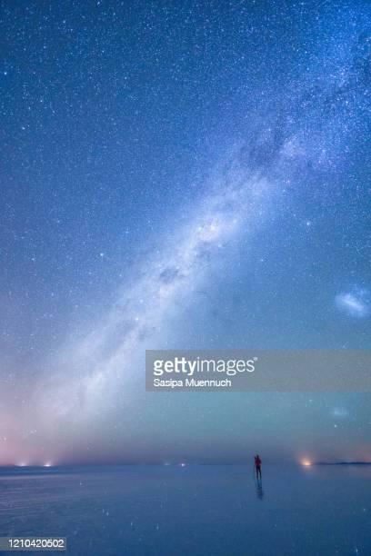 a man photograph the milky way over the sky at uyuni salt flat, bolivia - ウユニ ストックフォトと画像
