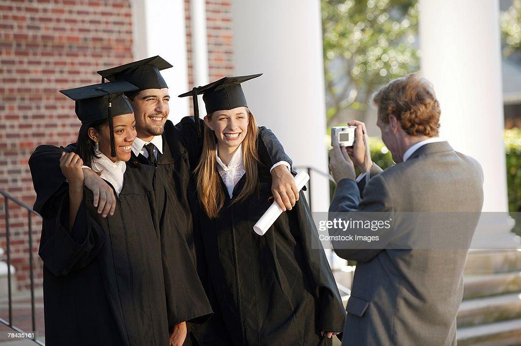 Man photographing graduates : Stockfoto