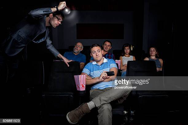 homem pirating filme no cinema - homem pegando mulher imagens e fotografias de stock