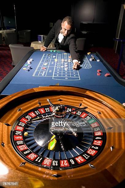 man placing bet at the roulette table - wurf oder sprungdisziplin herren stock-fotos und bilder