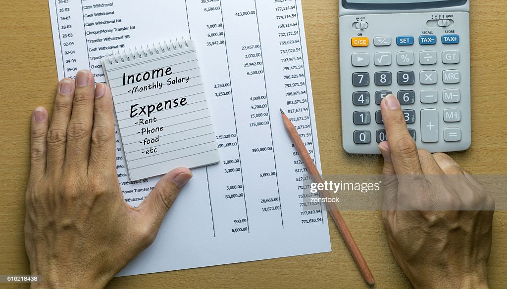Man Planning monthly income and account expenses : Stock-Foto