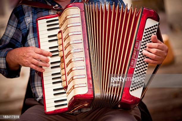Mann spielt accordian