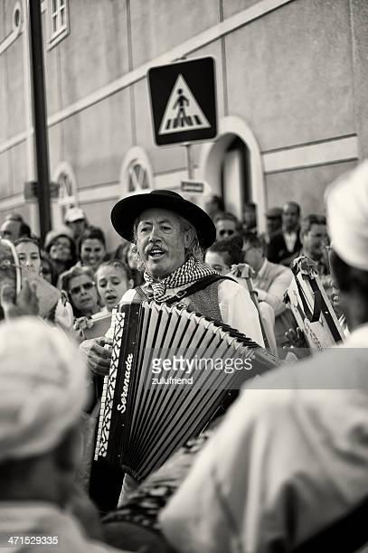 Mann spielt Akkordeon