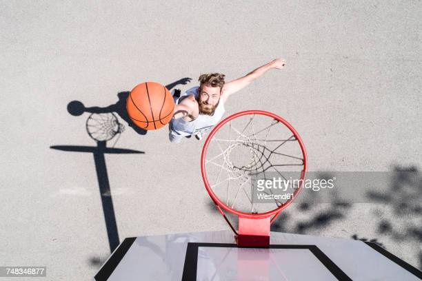 man playing basketball on outdoor court - konzepte und themen stock-fotos und bilder