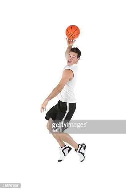 Homme jouant au basket-ball