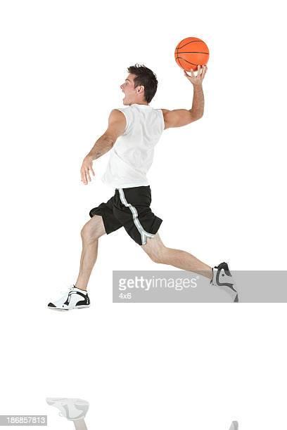 Hombre jugando baloncesto