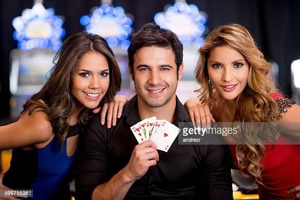 Homme jouant la carte au casino