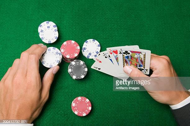 man playing cards, placing bet, close-up, overhead view - ficha de apostas - fotografias e filmes do acervo