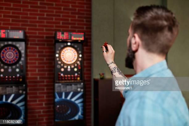 man playing darts - darts imagens e fotografias de stock