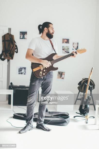Hombre tocando la guitarra eléctrica