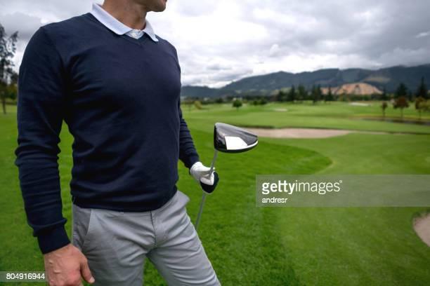 ゴルフとクラブを握り男