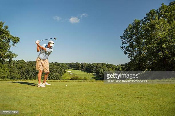man playing golf - ティーグラウンド ストックフォトと画像