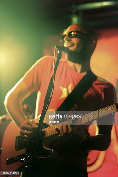 男性がギターや歌のステージ